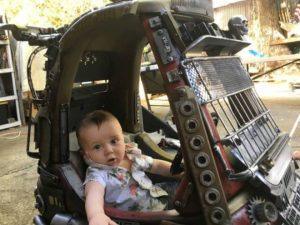 マッドマックス・カーに乗る子供