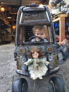人形を張り付けた車