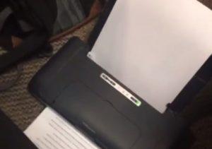 授業中にプリンターでレポートを印刷する