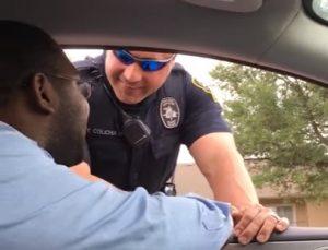 パトカーに止められて、妊娠報告を受ける男性