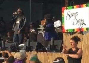 スヌープ・ドッグのライブでラップの手話通訳をする女性