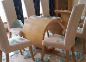 ガラステーブルが勝手に割れて爆発