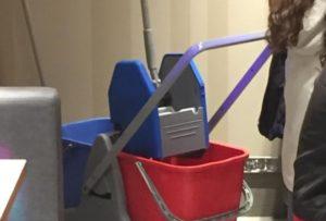 掃除道具に変身したトランスフォーマーのオプティマス・プライム