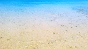 青い海と波打ち際